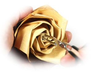 роза из цветной бумаги 39