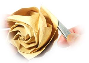 роза из цветной бумаги 42